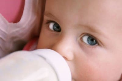 Искусственные смеси для кормления малышей