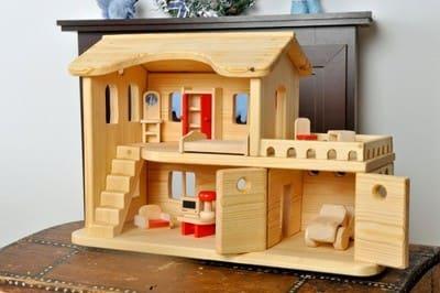 Строим домик для кукол всем семейством